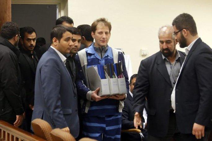 Tỉ phú Iran Babak Zanjani (giữa). Ảnh: EPA