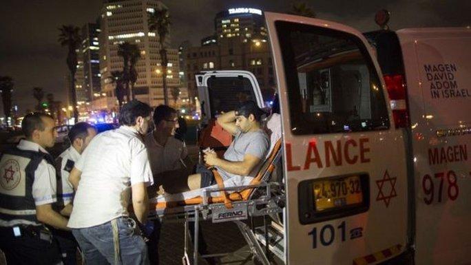 Những người bị thương được đưa đi cấp cứu. Ảnh: AP