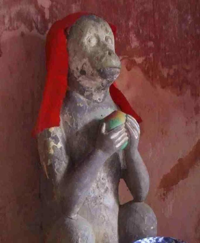 Tượng khỉ ở chùa Cầu (Quảng Nam)