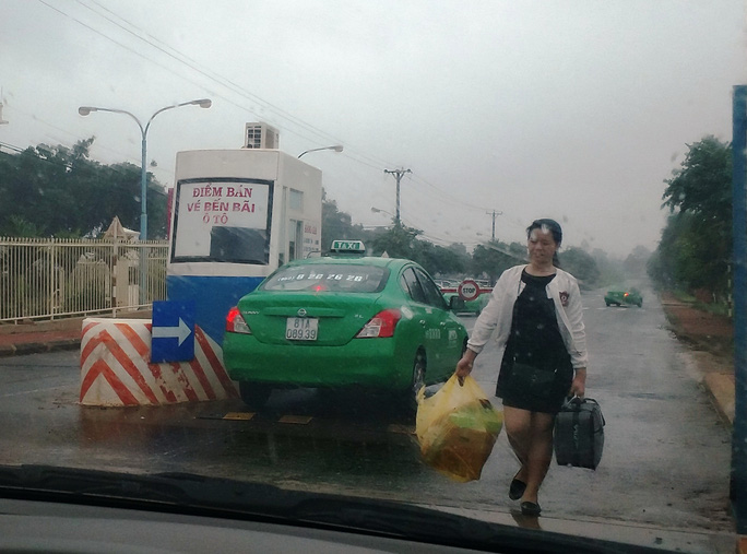 Muốn đón taxi từ Kon Tum xuống, khách phải ra ngoài sân bay Pleiku. Ảnh: HOÀNG THANH