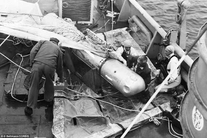 Thủy thủ trên tàu ngầm USS Petrol (Mỹ) bên quả bom H được trục vớt từ Địa Trung Hải. Ảnh: Daily Mail