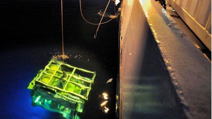 Các robot thợ lặn được sử dụng để tìm kiếm hộp đen. Ảnh: EPA
