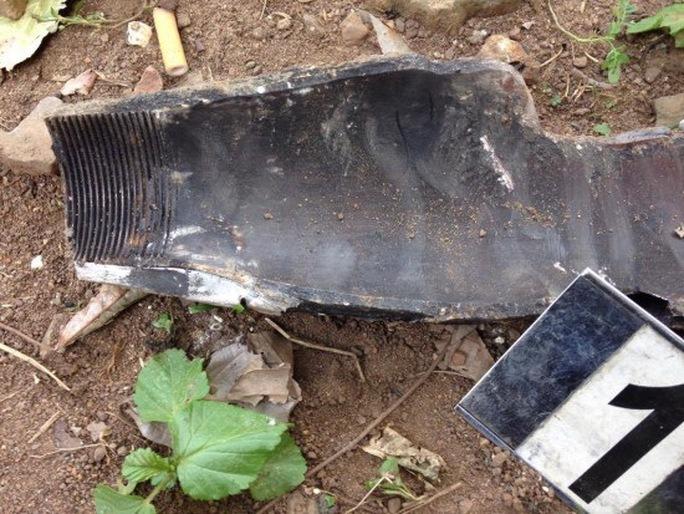 Một mảnh đầu đạn pháo khiến 2 cha con ông Thuần bị thương. Ảnh cơ quan chức năng cung cấp