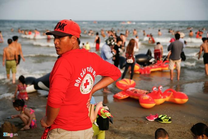 Lực lượng cứu hộ theo dõi sát sao và vất vả vì lượng khách quá đông, đặc biệt là có nhiều trẻ em.