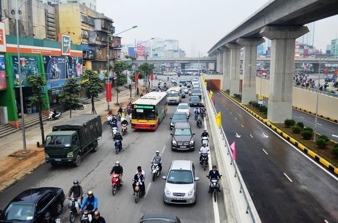 """Trước khi chưa thông hầm nút giao thông ngã tư Khuất Duy Tiến thường xuyên bị ùn tắc nghiêm trọng. Người dân vẫn thường nói đây là """"Ngã tư khốn khổ"""""""
