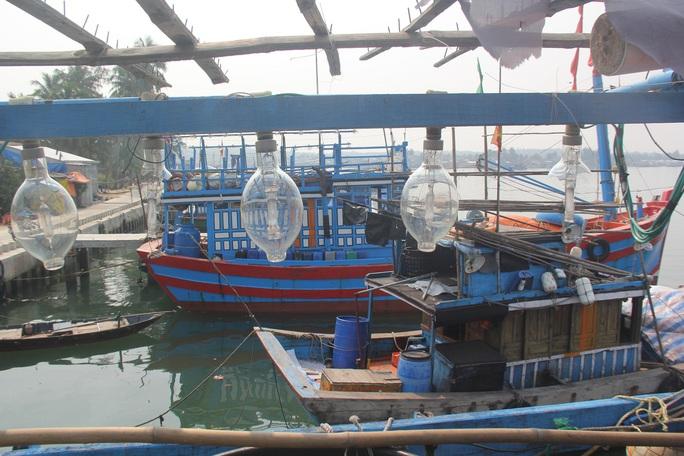 Các ngư dân trên tàu hết sức bức xúc trước hành động vô nhân đạo của tàu Trung Quốc