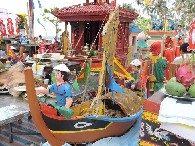Mô hình thuyền câu để tri ân những người lính năm xưa đã giong thuyền ra khơi dựng bia, cắm mốc khẳng định chủ quyền biển đảo