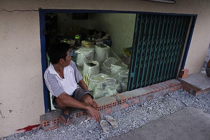 Cửa hàng gạo của anh Thông chắc phải đóng cửa, vì theo anh này mùa mưa tới chắc hẳn nước cống tràn vào nhà thì làm sao bán gạo được