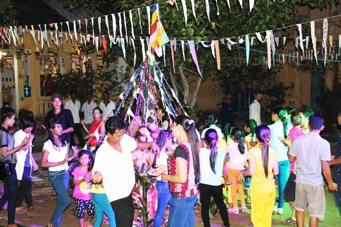 Vui chơi, nhảy múa trong những ngày Tết cổ truyền của đồng bào dân tộc Khmer Nam Bộ