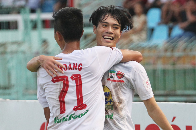 A Hoàng (71) ghi một bàn thắng cho HAGL trong trận đấu với Sanna Khánh Hòa BVN