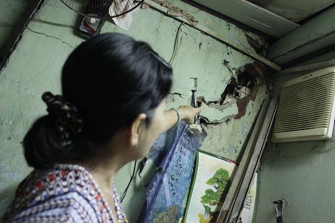 Cô Mai chỉ cho phóng viên thấy vết nứt lớn trên bức tường xập xệ. Gia đình cô nhiều lần trám xi măng các vết nứt nhưng được một thời gian những vết nứt lại hở ra và lớn hơn.
