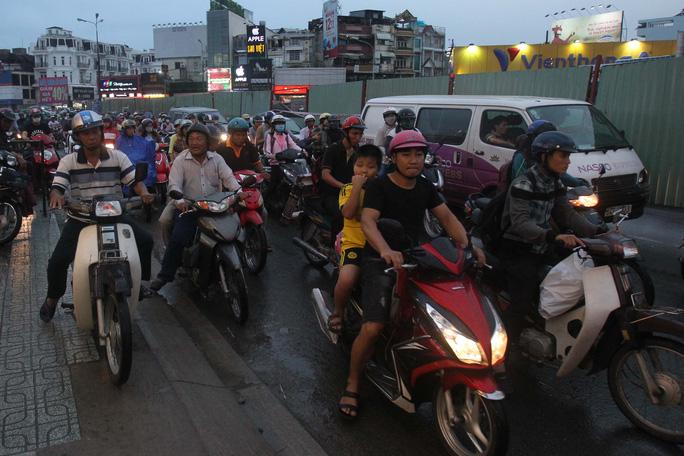 Đoạn rào chắn trên đường Nguyễn Kiệm chỉ chừa lại một đoạn nhỏ cho xe chạy khiến người đi đường khá vất vả để vượt qua đoạn đường này