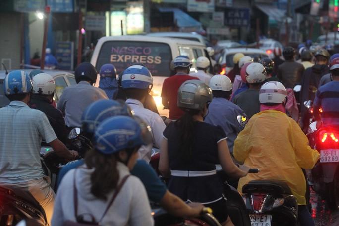 Dòng xe từ Quang Trung đổ về Nguyễn Kiệm khá đông