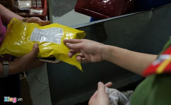 Sáng 13-5, trao đổi với Zing.vn, đại diện Cảnh sát môi trường Hà Nội cho biết lực lượng chức năng đã tạm giữ hơn 200 kg nguyên liệu bột trà không rõ nguồn gốc tại xưởng sản xuất trà sữa trân châu thuộc Công ty TNHH Cảm Xúc.