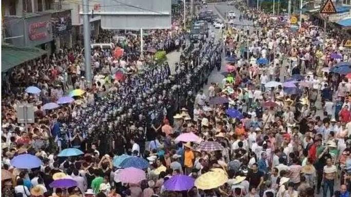 Hàng ngàn người dân sống ở thị trấn Lộc Bộ biểu tình phản đối dự án xây lò đốt rác. Ảnh: BBC