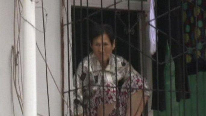 Người dân mắc kẹt trong nhà. Ảnh: Reuters