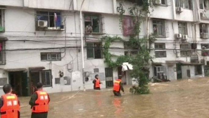 Đội cứu nạn cứu hộ làm việc tại TP Vũ Hán. Ảnh: Reuters