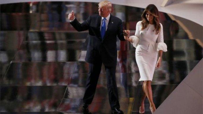 Ông Donald Trump và vợ sau bài phát biểu của bà Trump tối ngày 18-7.