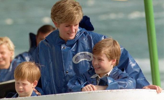 Công nương Diana (giữa) cùng hai con trai là Hoàng tử Harry (trái) và Hoàng từ William (phải). Ảnh: PA