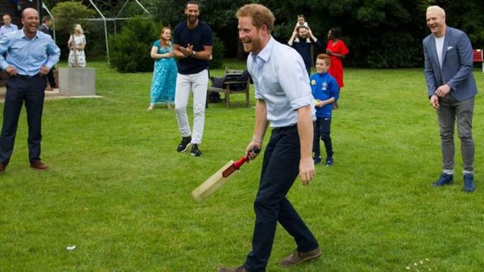 Hoàng tử Harry chơi trò chơi với khách mời tại sự kiện. Ảnh: Royal Foundation