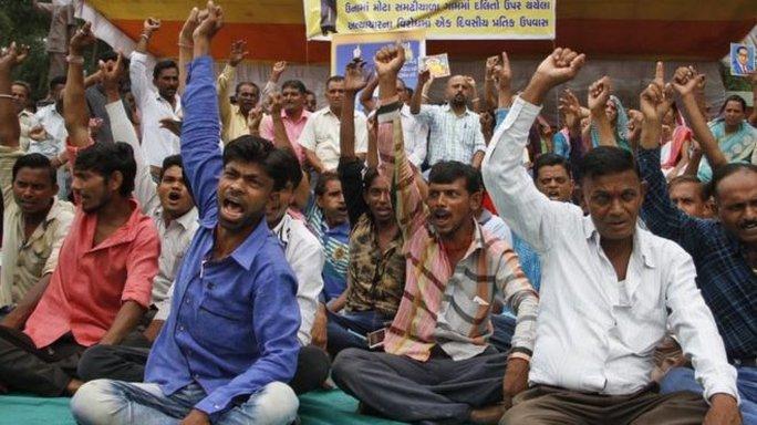 Cộng đồng người Dalit biểu tình phản đối bạo lực nhắm vào họ tại bang Gujarat. Ảnh: AP