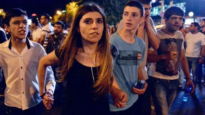 Người biểu tình ủng hộ nhóm vũ trang xuống đường ngày 30-7. Ảnh: AP
