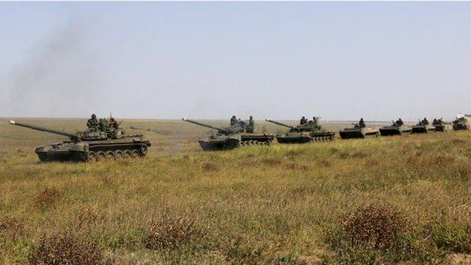 Xe tăng của Ukraine tiến về Crimea. Ảnh: AP
