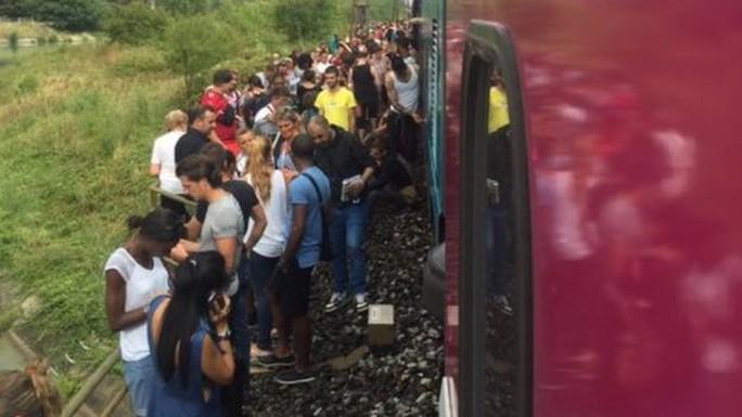 Tàu lửa chở khoảng 250 hành khách vào thời điểm xảy ra tai nạn. Ảnh: BBC