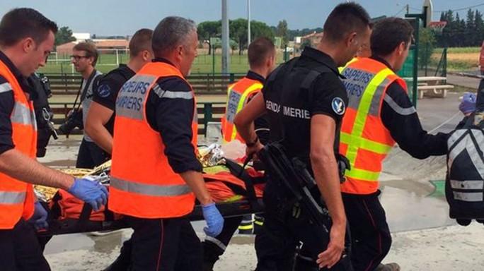 Những người bị thương được đưa đi cấp cứu. Ảnh: Reuters