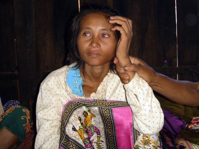 Tak quay về Việt Nam đoàn tụ với gia đình sau hơn 10 năm sống nhầm trong một gia đình Campuchia. Ảnh: News Sky