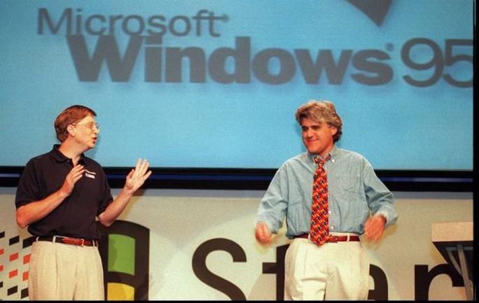 Windows 95 được ông chủ Microsoft là Bill Gates ra mắt vào ngày 24-8-1995