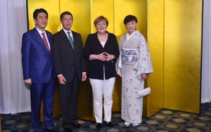(Từ trái sang) Thủ tướng Nhật Shinzo Abe, giáo sư Joachim Sauer- phu quân bà Merkel, Thủ tướng Đức Angela Merkel và phu nhân Thủ tướng Nhật Akie Abe chụp ảnh tại Hội nghị thượng đỉnh G7 ở Nhật. Ảnh: AP
