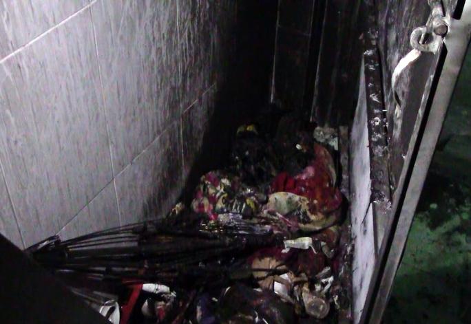 Bên trong hiện trường đám cháy suýt thiêu sống ba người.