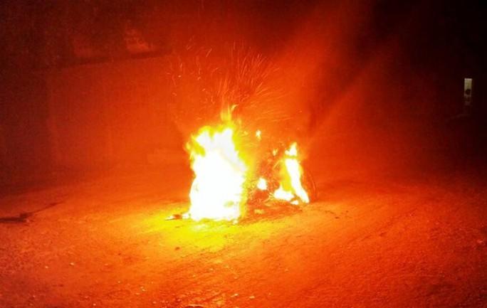 Chiếc xe máy hai người này sử dụng bị đốt cháy