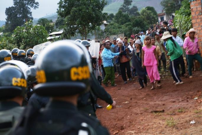 Nhóm đối tượng kích động hàng trăm người già và trẻ em nhằm uy hiếp ực lượng chức năng để giải vây các nghi phạm.