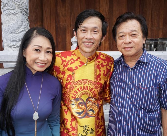 NSND Trần Ngọc Giàu (chủ tịch Hội Sân khấu TPHCM - bìa phải) và NSƯT Đàm Loan chúc mừng công trình Đền thờ Tổ của Hoài Linh đã thành hiện thực sau 16 năm ôm ấp dự án xây dựng