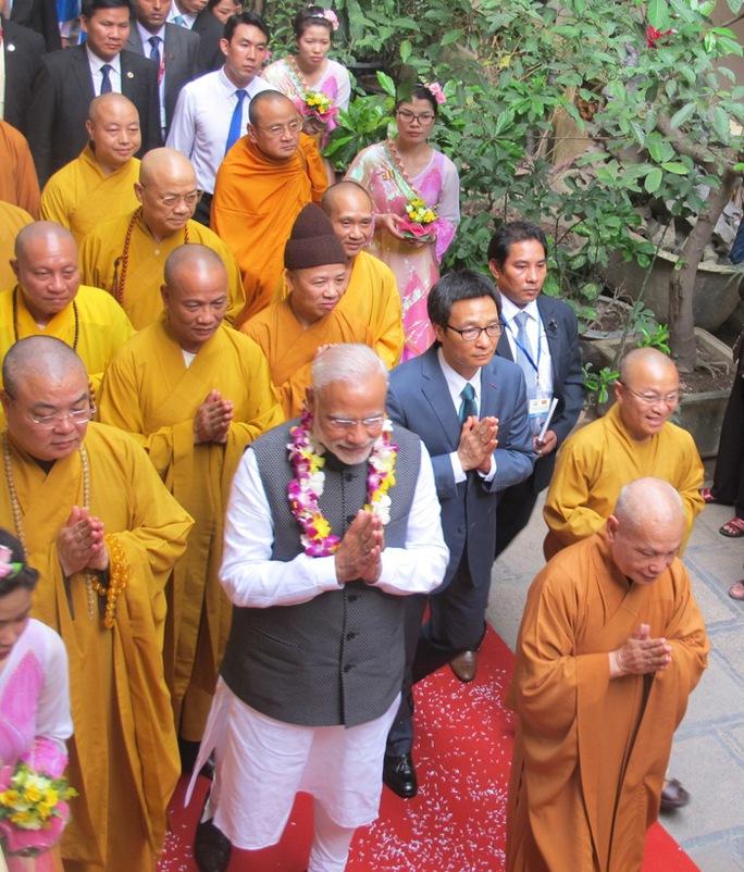 Tham gia sự kiện này cùng Thủ tướng Ấn Độ, về phía Việt Nam có Phó Thủ tướng Vũ Đức Đam