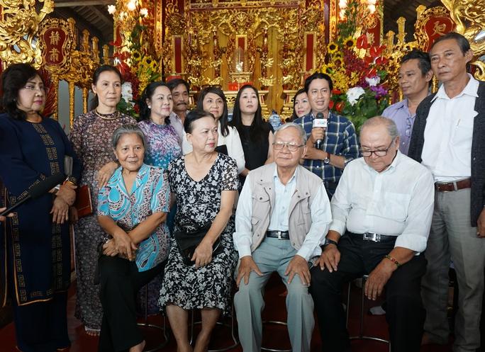 Nghệ nhân điêu khắc Thái Ngọc Bình và các nghệ sĩ vui mừng trong lễ khánh thành Đền thờ Tổ
