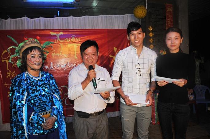 Soạn giả Đức Hiền cảm ơn tấm lòng của các nghệ sĩ, người mẫu đã trao quà tết cho nghệ sĩ lão thành tại Khu dưỡng lão NS TP HCM