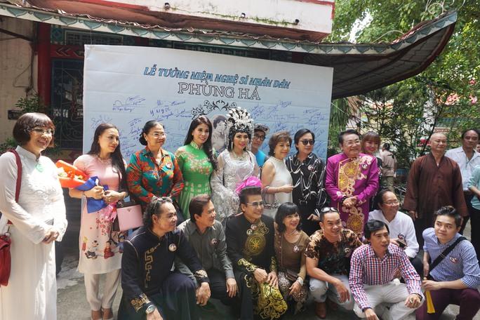 Đông đảo nghệ sĩ và khán giả đến dự lễ tưởng niệm cố NSND Phùng Há nhân ngày giỗ lần thứ 7 của bà tại Chùa Nghệ sĩ