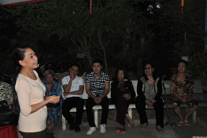 NS Đàm Loan thay mặt các diễn viên trẻ chúc các nghệ sĩ lão thành tại Khu dưỡng lão NS TPHCM luôn mạnh khỏe và nhều niềm vui