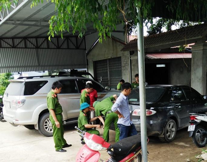 Cơ quan CSĐT Công an huyện Quảng Xương đang khám nghiệm hiện trường vụ việc