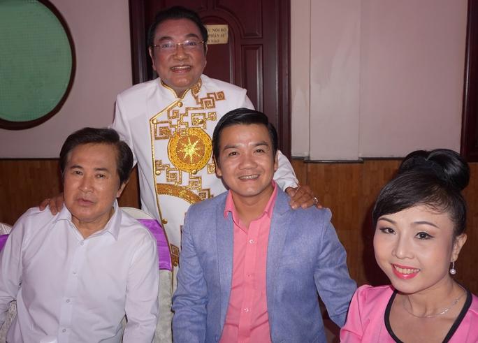 Vợ chồng NSƯT Lê Tứ, Hà Như và nghệ sĩ Hoài Thanh chúc mừng danh hài Phú Quý