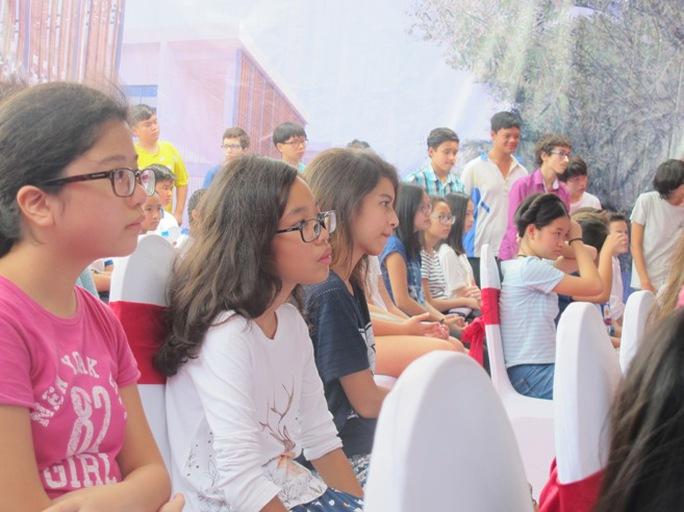 Học sinh trường Pháp tại Hà Nội dự lễ khai giảng. Học sinh Trường Pháp gồm hơn 20 quốc tịch, trong đó hơn 50% học sinh là người Việt Nam