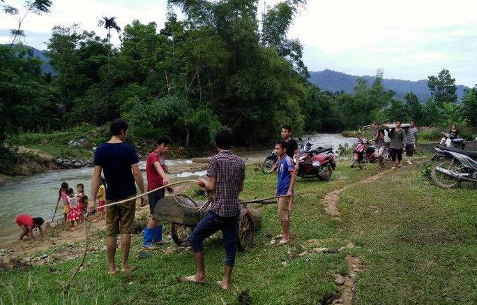 Người dân thôn Chiềng Cà 2 chờ thi thể 2 nạn nhân xấu số trong vụ sạt lở núi đang được đưa về thôn