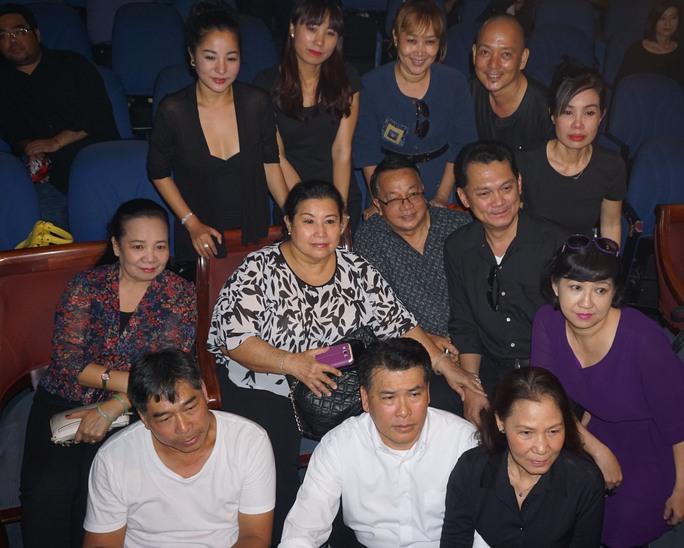 Các diễn viên là sinh viên khóa 6 (1981) được Đạo diễn NSƯT Đoàn Bá dìu dắt đã hội ngộ tại lễ truy điệu, cùng chụp ảnh lưu niệm với nhà giáo Kim Thanh, Mai Thanh Dung.
