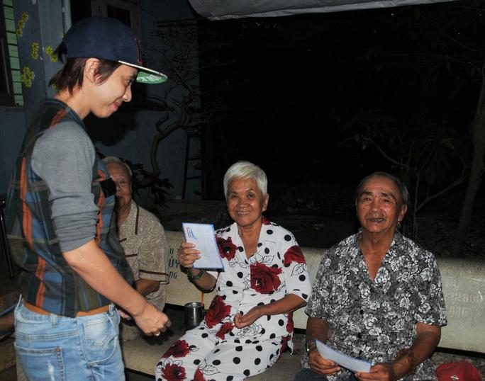 NS Thu Trang rất vui mừng gặp các cô chú nghệ sĩ lão thành tại Khu dưỡng lão NS TPHCM