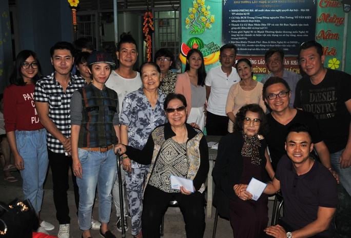 Các diễn viên trẻ chụp ảnh lưu niệm với các nghệ sĩ tại Khu dưỡng lão NS TPHCM