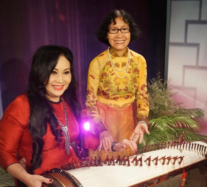 NS Thanh Hằng mê mẫn với cây đàn tranh bên cạnh sự nhiệt tình huấn luyện của nhà giáo ưu tú Phạm Thúy Hoan