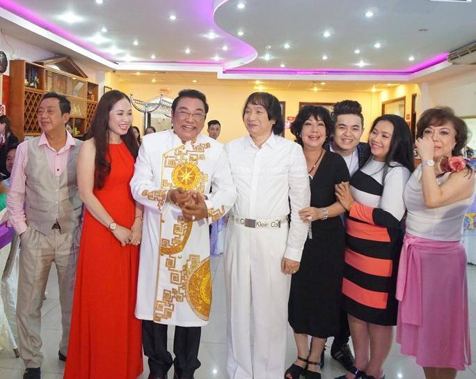 Danh hài Phú Quý xúc động trước tình cảm của bạn bè đồng nghiệp